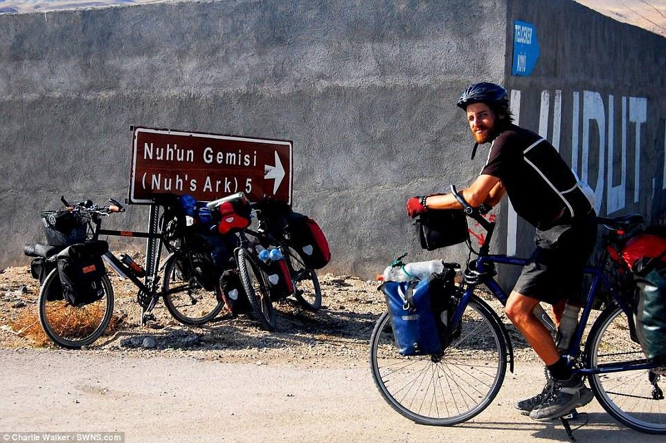 Kết quả hình ảnh cho Anh chàng phượt khắp thế giới bằng xe đạp một bánh
